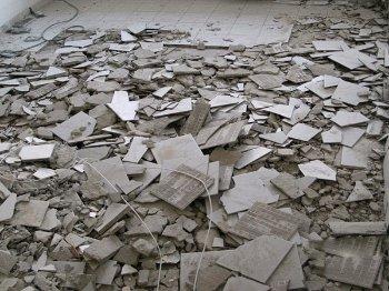 изкъртени плочки