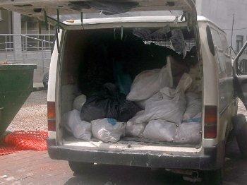 натоварени отпадъци в автомобил